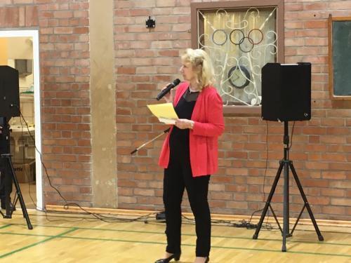 Moderatorin Frau Brunk